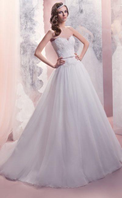 Свадебное платье с открытым лифом в форме сердца и узким поясом, покрытым бисером.
