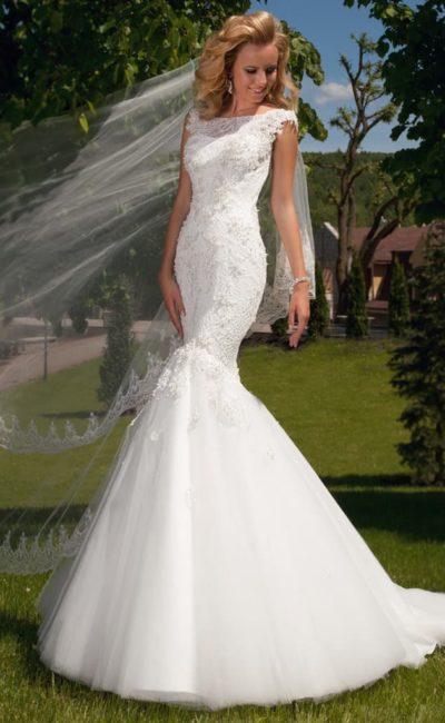 Закрытое свадебное платье с драматичным кроем «рыбка» и кружевным верхом.