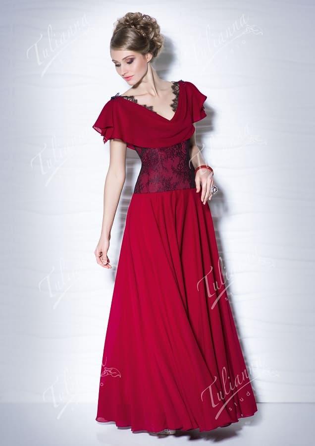 Стильное вечернее платье с коротким рукавом широкого кроя.
