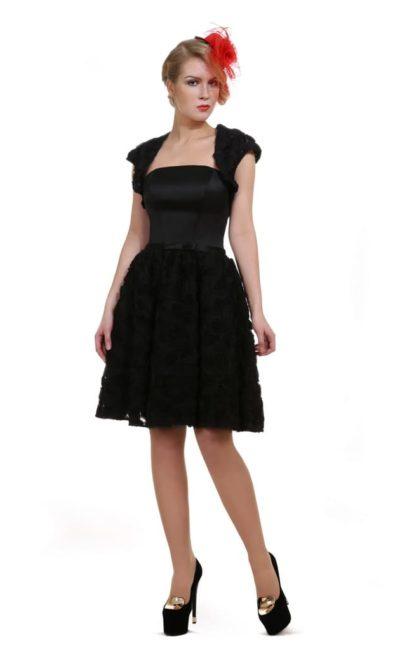 Короткое вечернее платье с объемной отделкой и широкими бретелями.