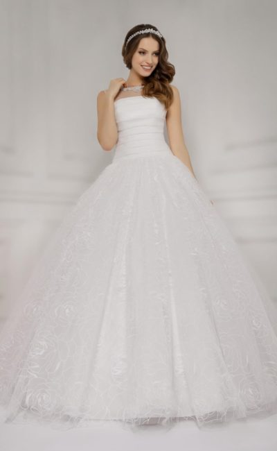 Роскошное свадебное платье с многослойным подолом и открытой спинкой, украшенной бантами.