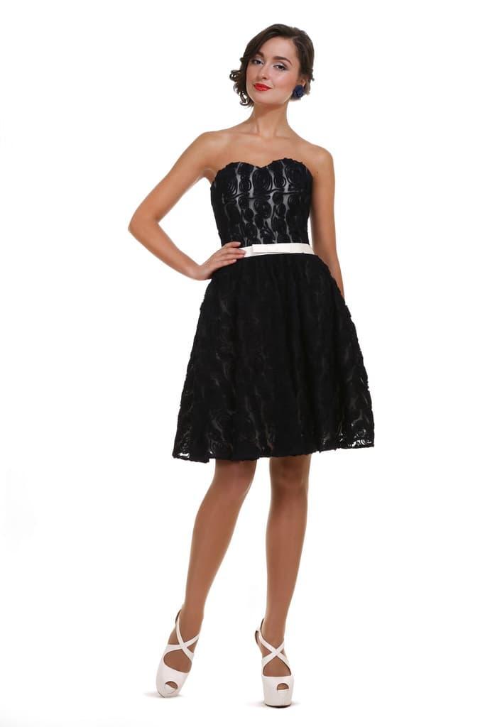 Открытое вечернее платье черного цвета с фактурной юбкой до колена.