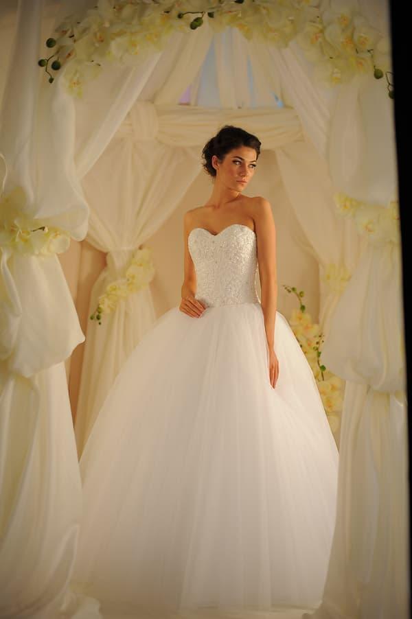 Свадебное платье с классическим вышитым корсетом и лаконичной пышной юбкой.