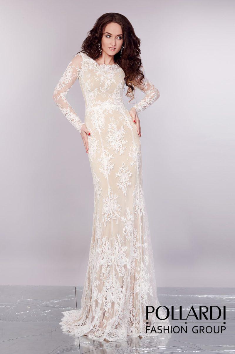 Великолепное прямое вечернее платье в пудрово-бежевых тонах, с кружевным декором и длинным рукавом.