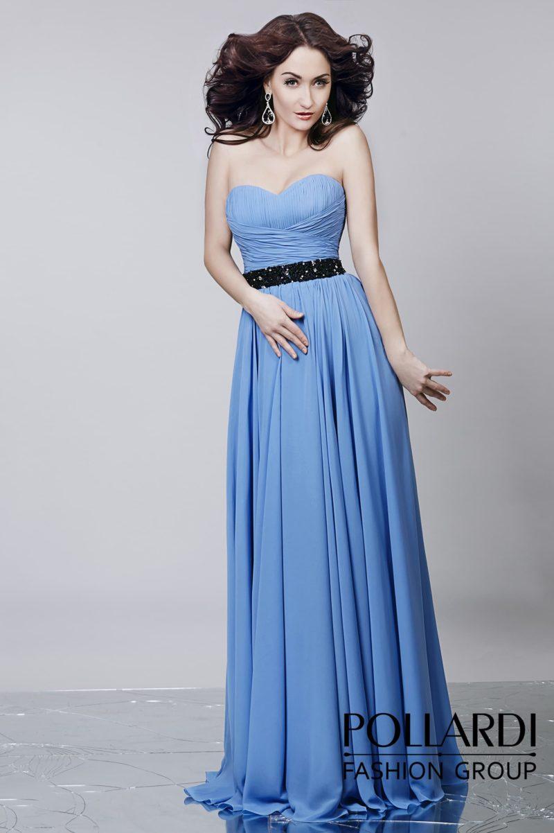 Открытое вечернее платье голубого цвета с драпировками по лифу и широким черным поясом.