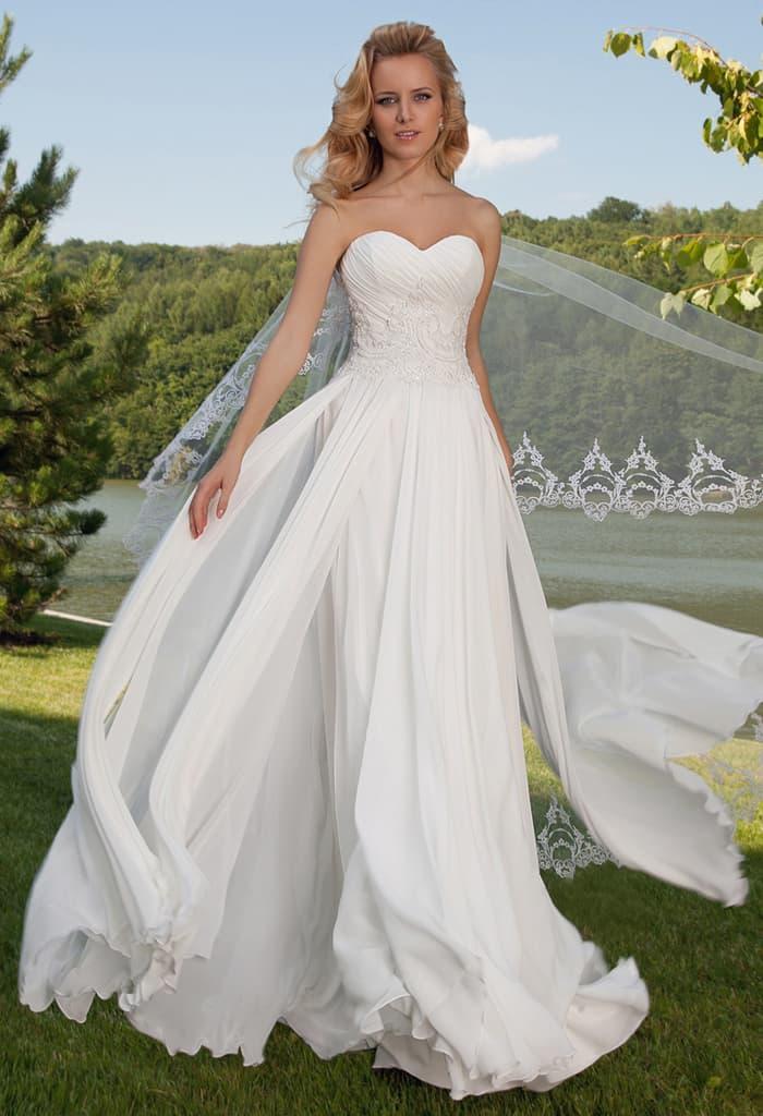 Прямое свадебное платье с лифом в форме сердца и соблазнительным декором юбки.