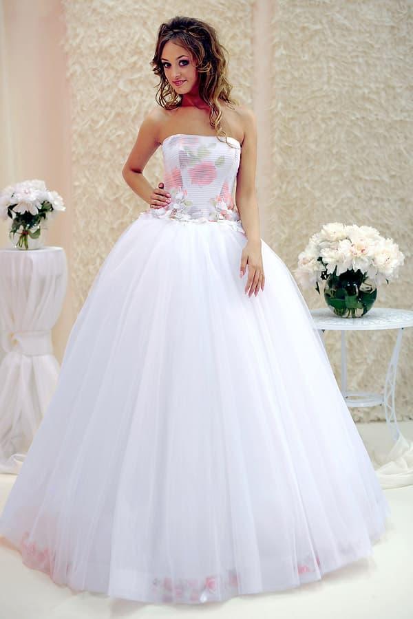 Пышное свадебное платье с открытым корсетом, украшенным цветочным принтом.