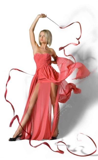 Летящее персиковое вечернее платье из шифона с высокими разрезами на юбке.