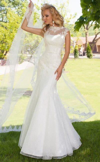 Элегантное свадебное платье облегающего кроя с кружевными аппликациями по верху.