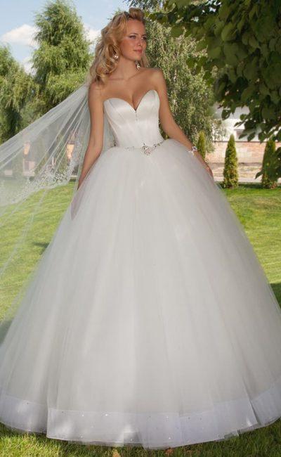 Очаровательное свадебное платье с атласным корсетом с глубоким вырезом и вышивкой на талии.