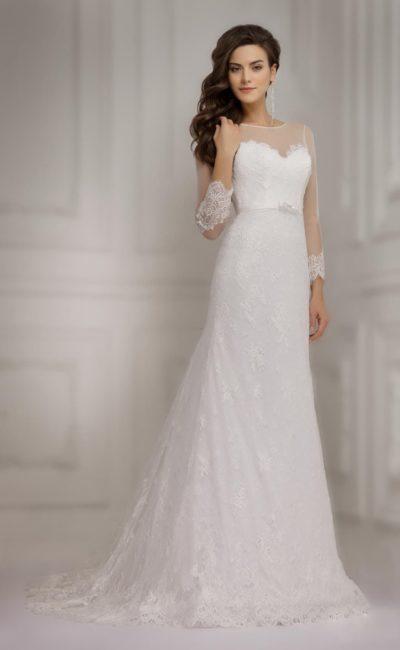 Свадебное платье с прозрачными рукавами длиной в три четверти и элегантным кружевным декором.
