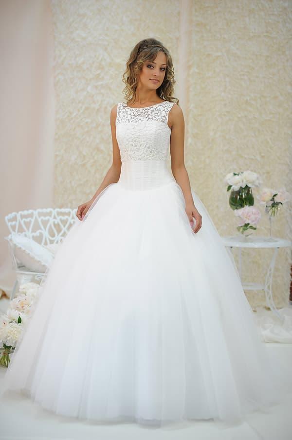 Роскошное свадебное платье с пышной юбкой с оборками и облегающим верхом.