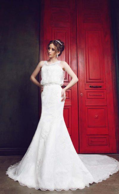 Прямое свадебное платье с просторным кроем закрытого лифа и потрясающим шлейфом сзади.