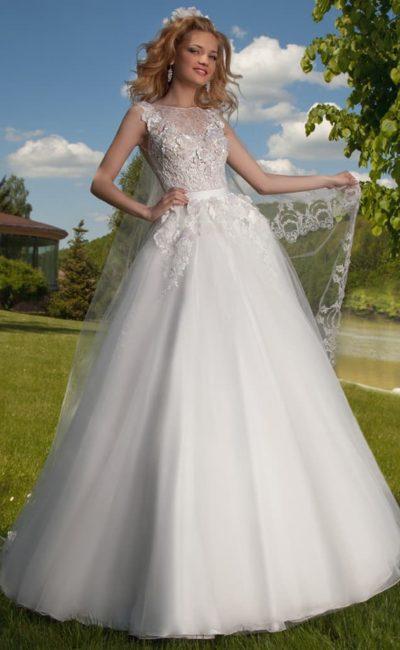 Пышное свадебное платье с закрытым лифом, эффектно украшенным объемными аппликациями.