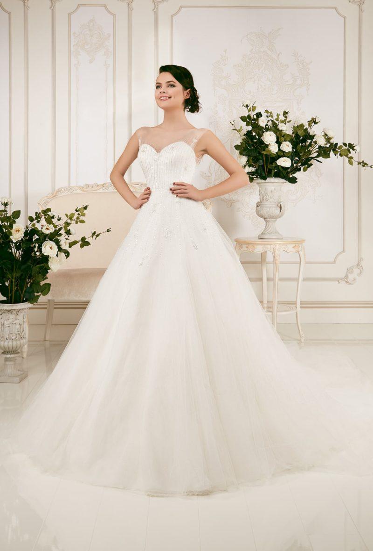 Утонченное свадебное платье в торжественном стиле, с элегантным лифом и сияющим декором.