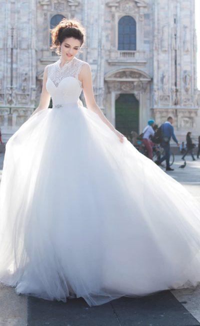 Чарующее свадебное платье с многослойной юбкой и закрытым верхом из тонкой ткани.