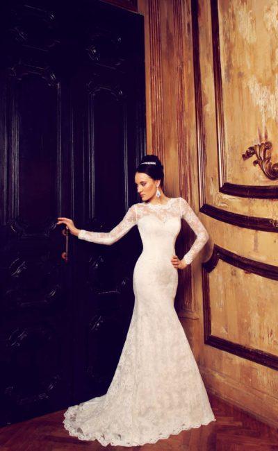 Закрытое свадебное платье «рыбка» с округлым вырезом под горло и длинными рукавами.