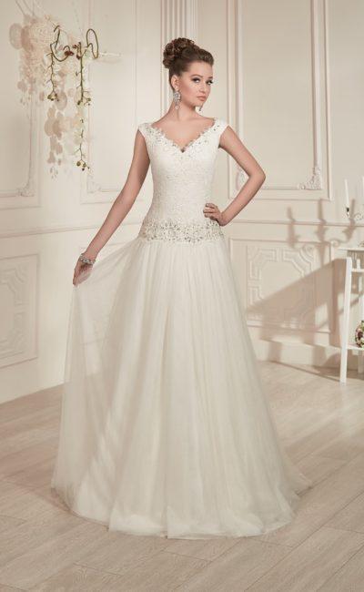 Свадебное платье с изящным V-образным декольте, украшенным бисером, и заниженной линией талии.