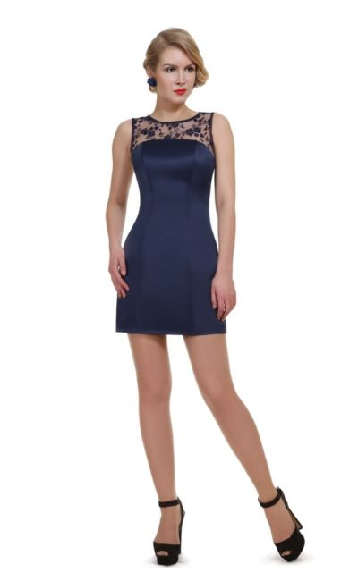 Синее вечернее платье-футляр с открытой спинкой и юбкой до колена.