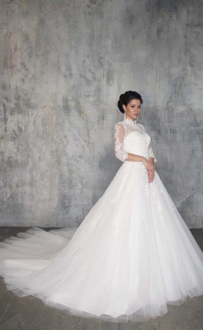 Элегантное свадебное платье с длинными полупрозрачными рукавами и восхитительным шлейфом.