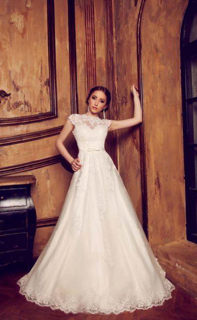 Стильное свадебное платье с многослойной юбкой на глянцевой подкладке и кружевным верхом.