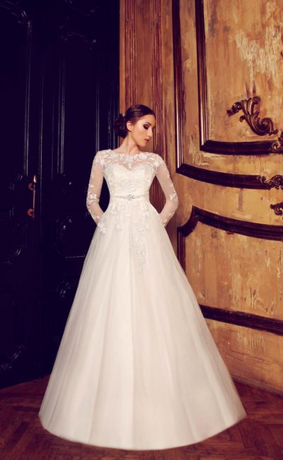 Сдержанное свадебное платье «принцесса» с романтичной кружевной отделкой закрытого верха.