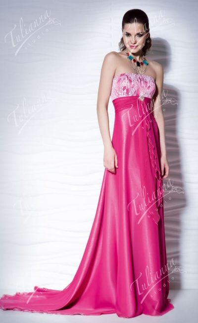 Прямое вечернее платье малинового цвета с завышенной талией.