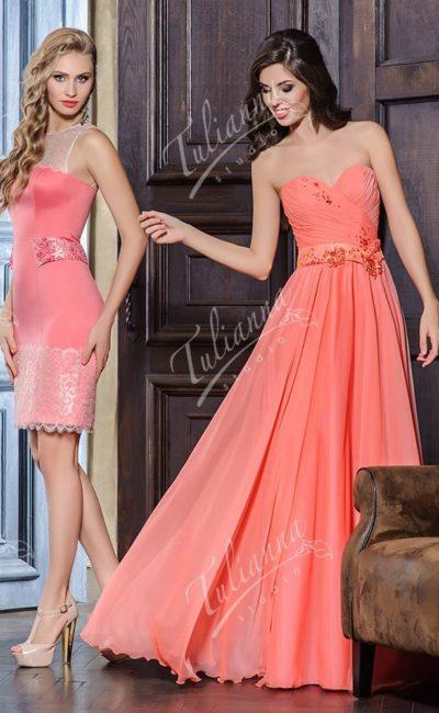 Коралловое вечернее платье элегантного облегающего кроя.