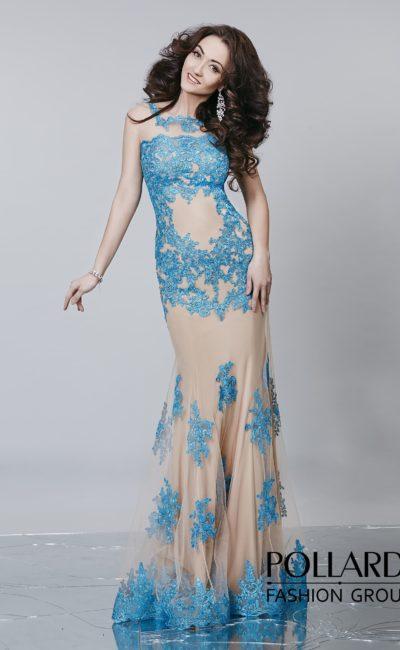 Вечернее платье «рыбка» с бежевой подкладкой и роскошной голубой отделкой из кружева.
