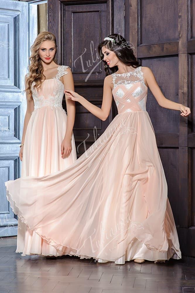 Прямое вечернее платье с кружевной отделкой открытой спинки.