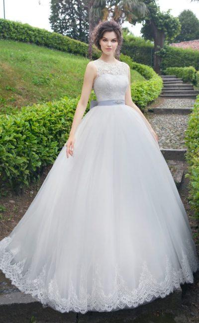 Пышное свадебное платье с атласным корсетом под кружевом на лифе и цветным поясом на талии.