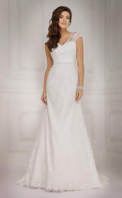 Классическое свадебное платье «принцесса» с узким поясом и широкими кружевными бретелями.