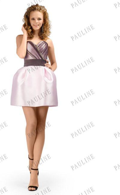 Пышное вечернее платье с короткой юбкой и лифом, украшенным драпировками.