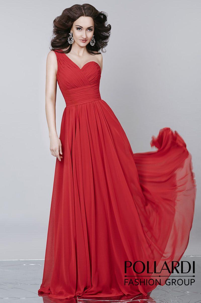 Красное вечернее платье прямого кроя с асимметричным декольте и широким поясом.
