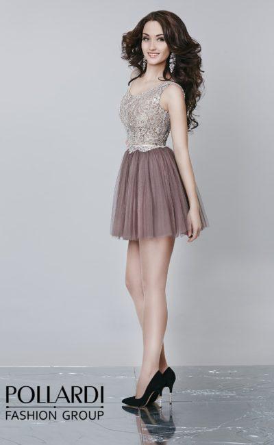 Кофейное вечернее платье длиной до середины бедра с плотным кружевным верхом.