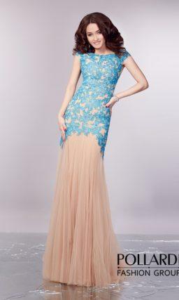 Романтичное вечернее платье прямого кроя из бежевой ткани, украшенное голубым кружевом.