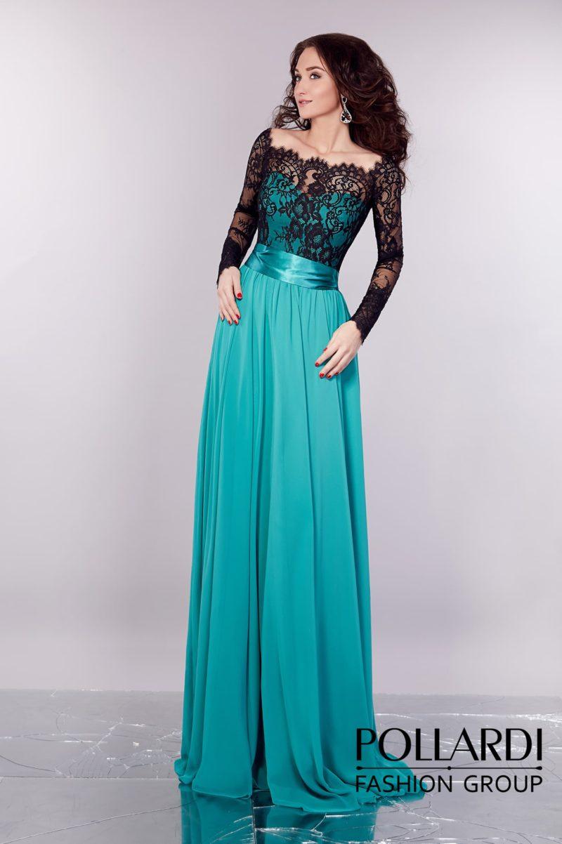 Изумрудное вечернее платье прямого кроя с черным кружевом, декорирующим вырез.