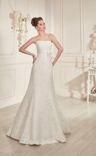 Свадебное платье с изысканным открытым декольте и широким поясом, завязанным на боку бантом.