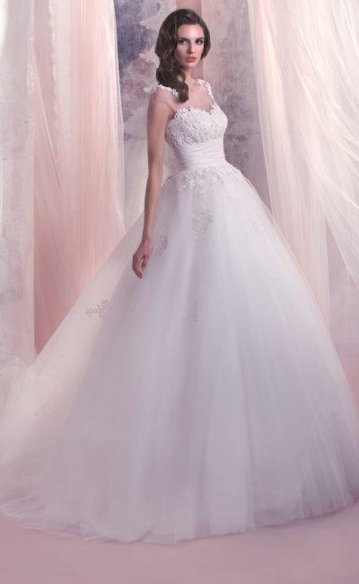 Пышное свадебное платье с полупрозрачной кружевной отделкой на спине и широким поясом.