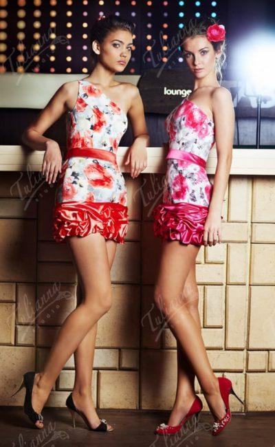 Облегающее вечернее платье с поясом и асимметричным верхом.