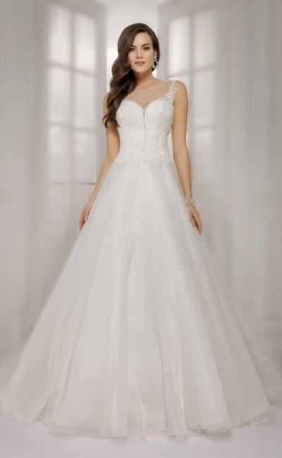 Утонченное свадебное платье с роскошной пышной юбкой и полупрозрачной вставкой на спине.