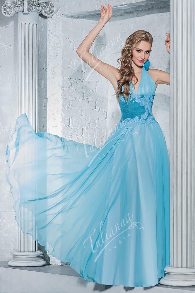 Голубое вечернее платье с небольшим V-образным вырезом декольте.