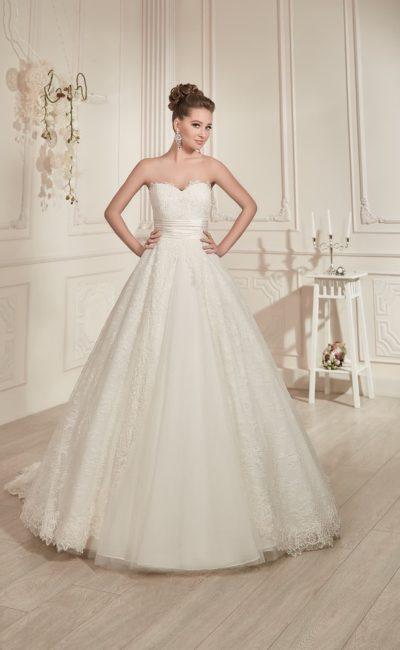 Свадебное платье с кружевным верхом подола, лифом в форме сердца и широким атласным поясом.