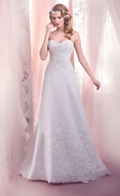 Деликатное свадебное платье с открытым лифом в форме сердца и нежной кружевной отделкой.