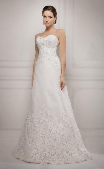 Свадебное платье «принцесса» с открытым корсетом, украшенным кружевом, как и низ подола.
