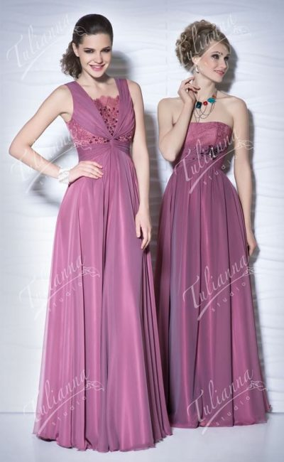 Прямое вечернее платье из лиловой глянцевой ткани, с кружевным лифом.