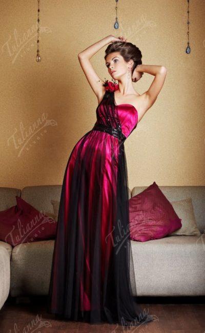 Драматичное вечернее платье прямого кроя с асимметричным лифом.
