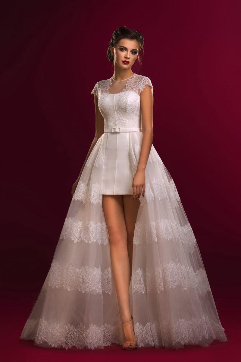 Эксцентричное свадебное платье-футляр с полупрозрачной кружевной верхней юбкой.