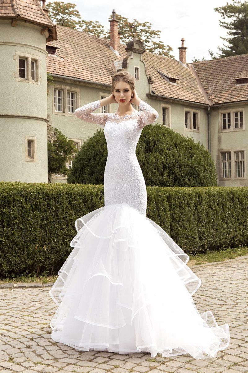 Свадебное платье с длинными кружевными рукавами и невероятно пышной юбкой «рыбка».