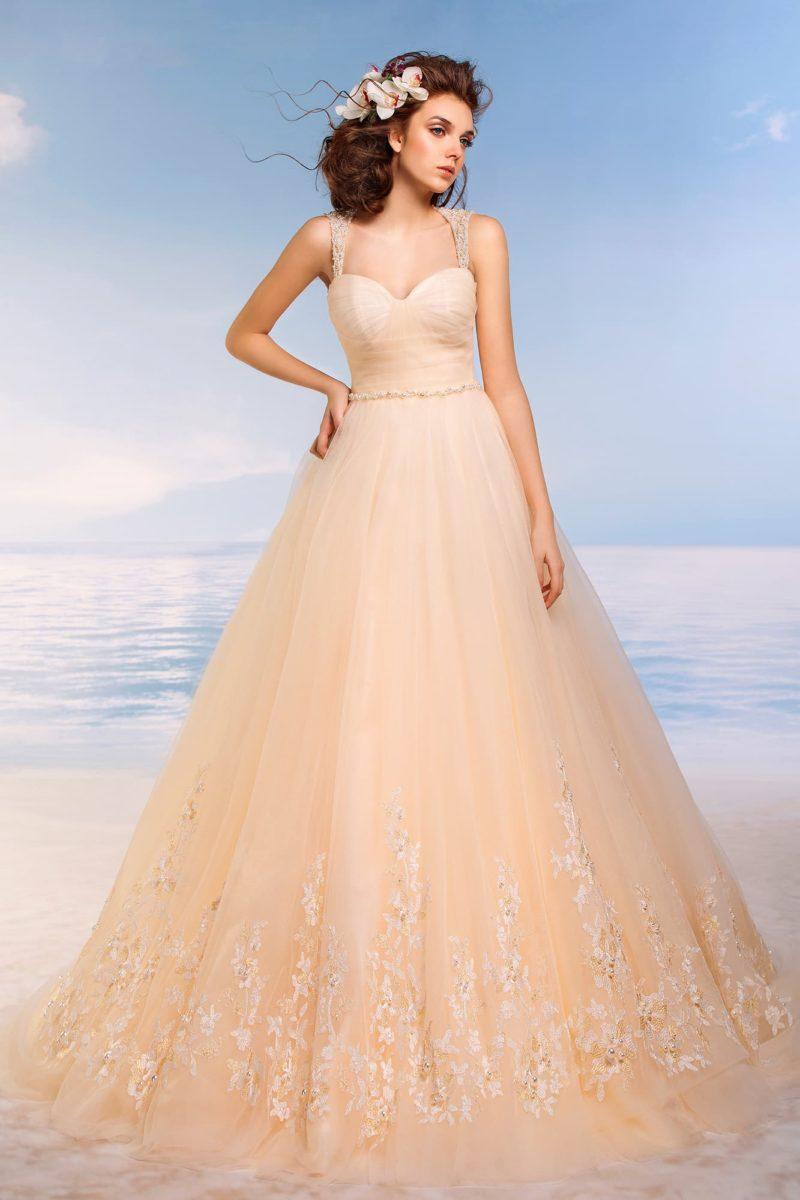 Пышное свадебное платье светло-оранжевого цвета, с кружевом по подолу и широкими бретелями.